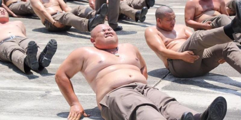 Policías con sobrepeso son enviados a campamento 'destruye barrigas' en Tailandia
