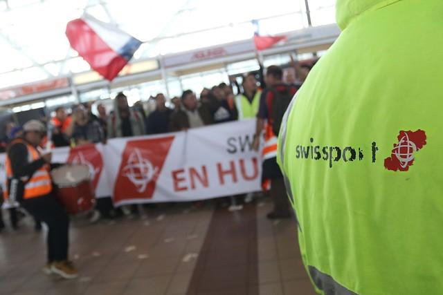 Encargados de equipaje en huelga bloquean accesos vehiculares al aeropuerto de Santiago