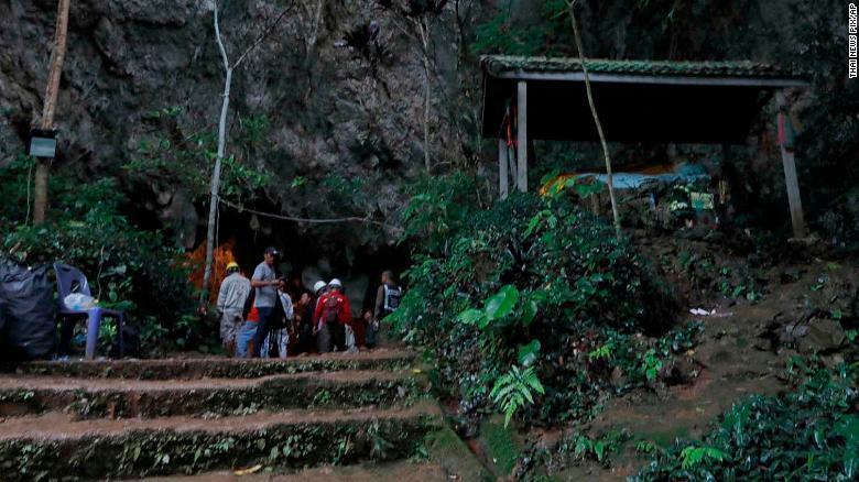 Continúa búsqueda de futbolistas atrapados en cueva en Tailandia