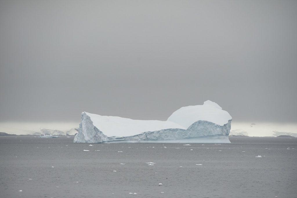 Se está desprendiendo un iceberg con una base británica encima — Antártida
