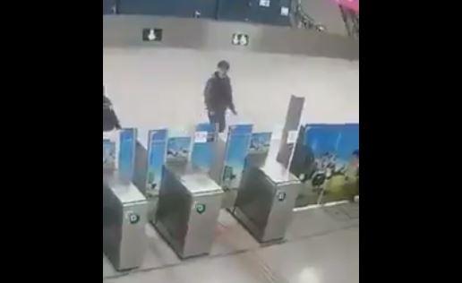 Joven sufre estrepitosa caída en el metro y se vuelve viral