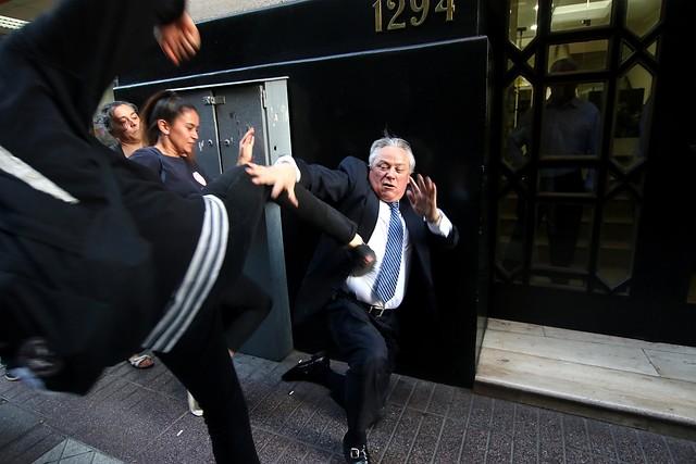 Manifestantes golpean al presidente del Tribunal Constitucional de Chile