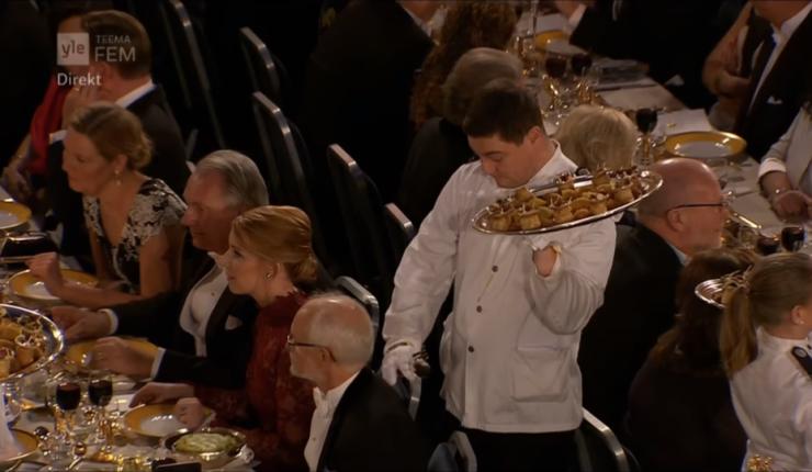 Mesero protagonizó bochornoso momento en la cena de los Nobel