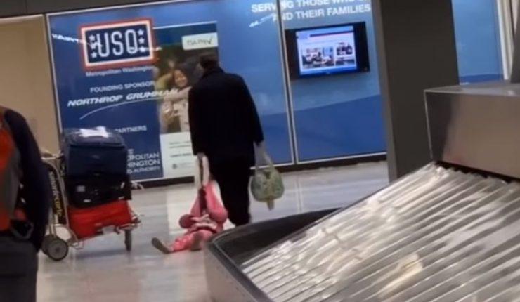 Arrastra a su hija en un aeropuerto y divide a las redes