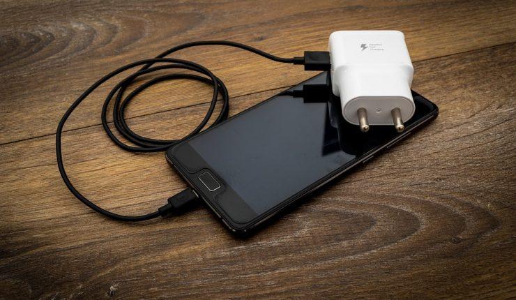 Bebé murió electrocutada por un cargador de celular en India