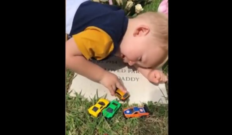 VIRAL: Niño cautiva al cantarle a su papá en su tumba