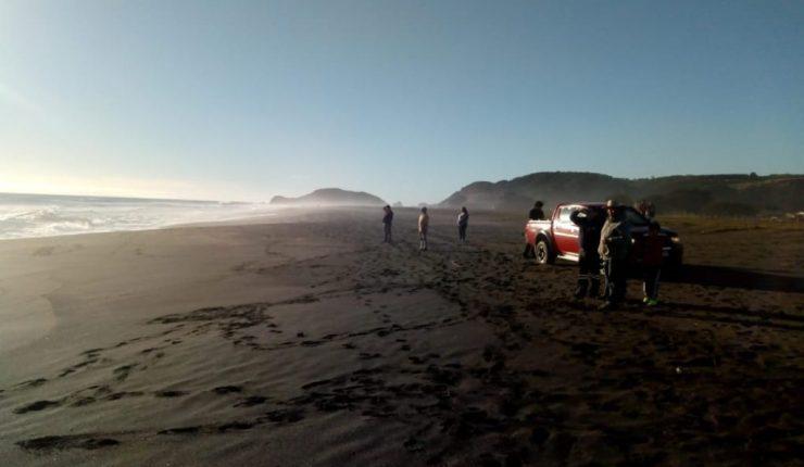 Caminaba en la playa con su papá y lo arrastró una ola — Chile
