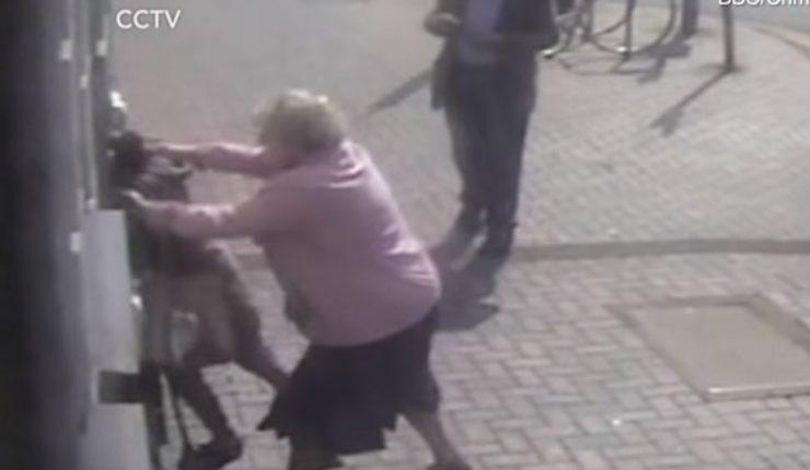 Abuelita de 81 años logra zafarse de ladrona con su propia fuerza