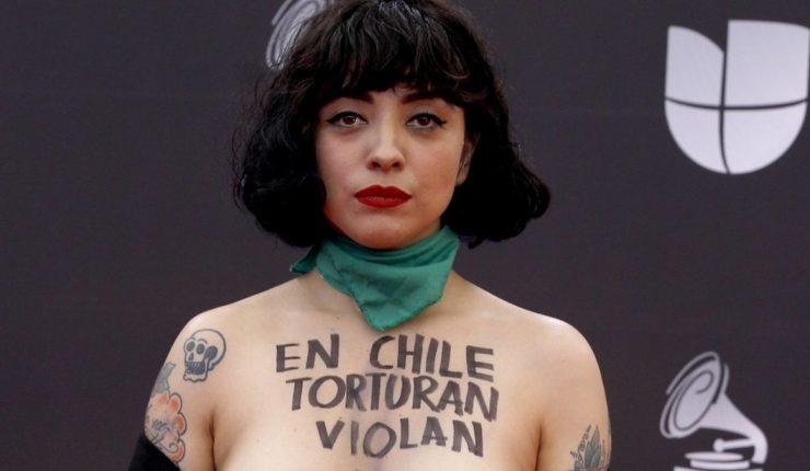 Explica Mon Laferte las razones de protestar con su cuerpo