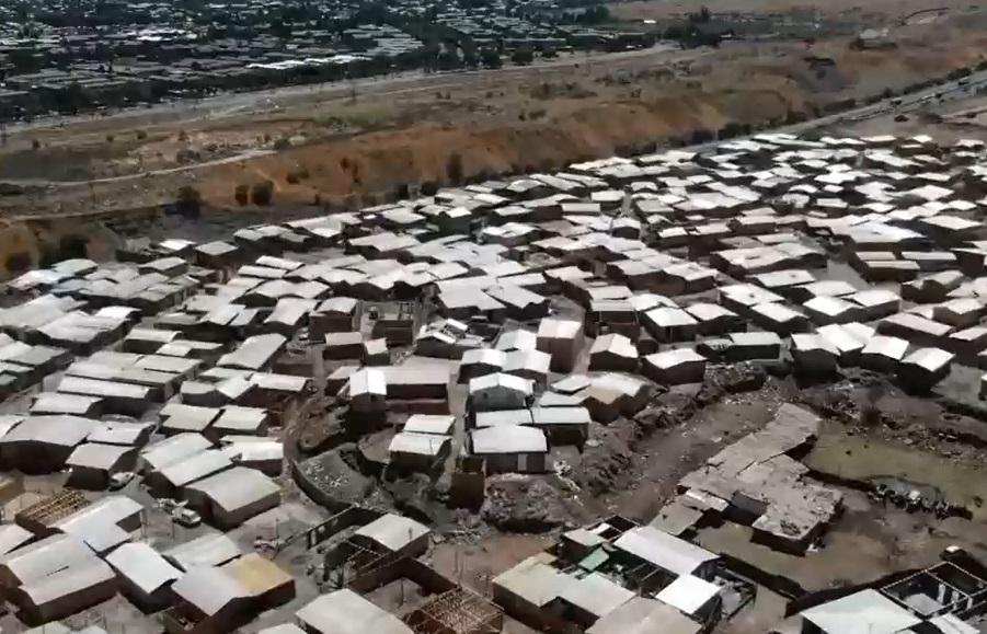 Miles de familias haitianas levantan sus casas en una toma ilegal sobre un antiguo vertedero
