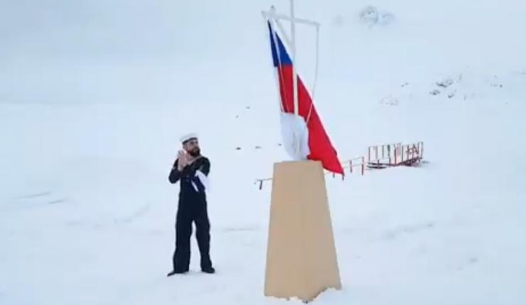 El marino emocionó al país por su baile en la Antártica.
