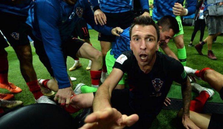 Croacia invitó a su país a fotógrafo atrapado en celebración con seleccionados