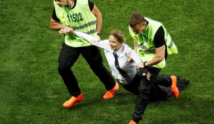 Pussy Riot se atribuye invasión de cancha en la final del Mundial