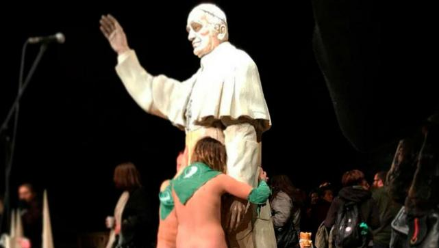 Escándalo en Rafaela: bailaron desnudos y con pañuelos verdes en una Iglesia