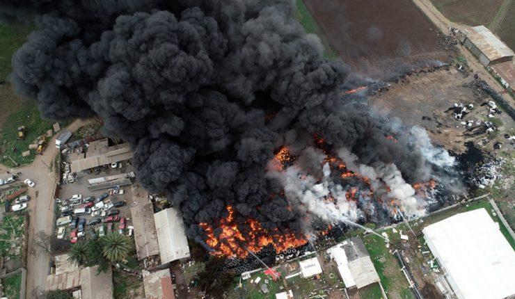 Incendio en Maipú: Onemi asegura que acopio de neumáticos está controlado  en un 60%