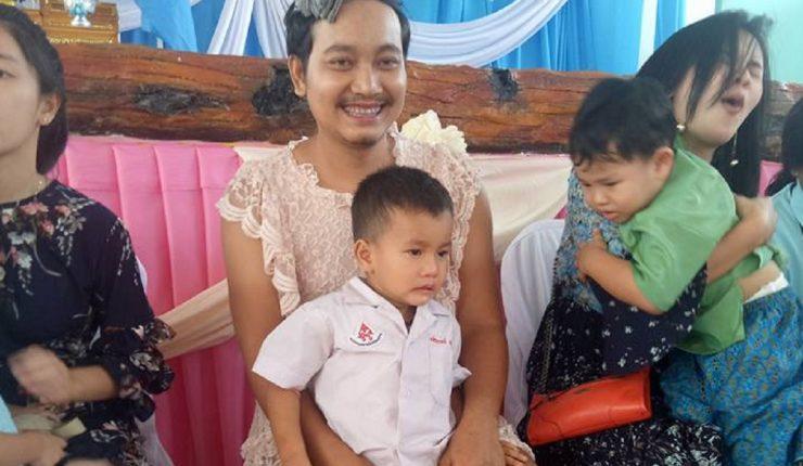Papá soltero se pone vestido para celebrar el día de las madres con sus hijos