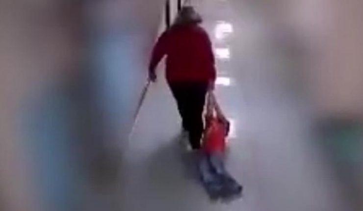 Maestra arrastra a niño con autismo