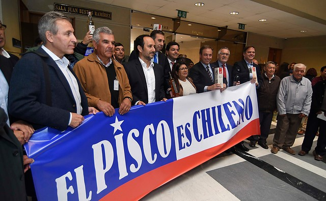 Diputados oficializan proyecto que prohíbe ingreso de pisco peruano — Chile