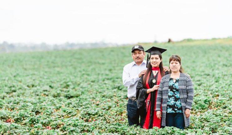 Universitaria se gradúa y rinde tributo a sus padres inmigrantes