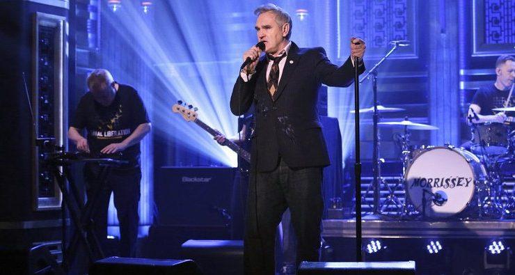 Morrissey vuelve a causar polémica tras presentarse en televisión con pin de partido de ultraderecha – CNN Chile