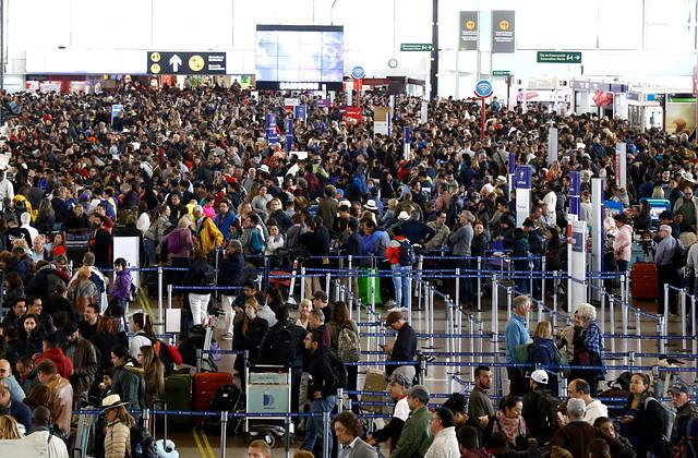 Resultado de imagen para Cientos de pasajeros quedaron en la noche de este domingo y la madrugada del lunes atrapados en el aeropuerto de Santiago tras la cancelación
