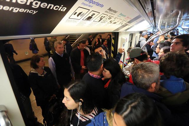 94 de las 136 estaciones del Metro de Santiago se encuentran operativas - CNN Chile