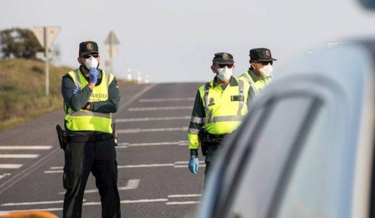 Mujer escupió a policías que la detuvieron y gritó que tenía coronavirus